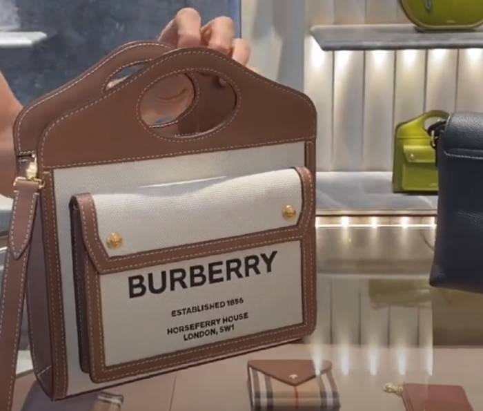 Un bolso en una tienda Burberry